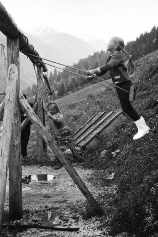 Kinder beim Schaukeln am Astlehenhof, ca. 1964, © Fam. Raab aus Köln