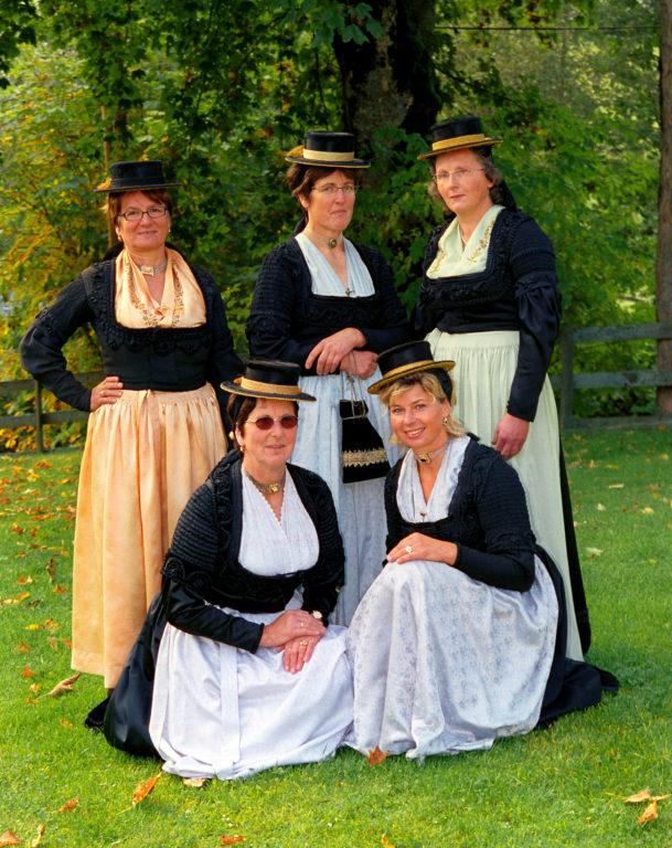 Forstauer Bäuerinnen, darunter Barbara Rettensteiner, in Festtagstracht © Tourismusverband Forstau