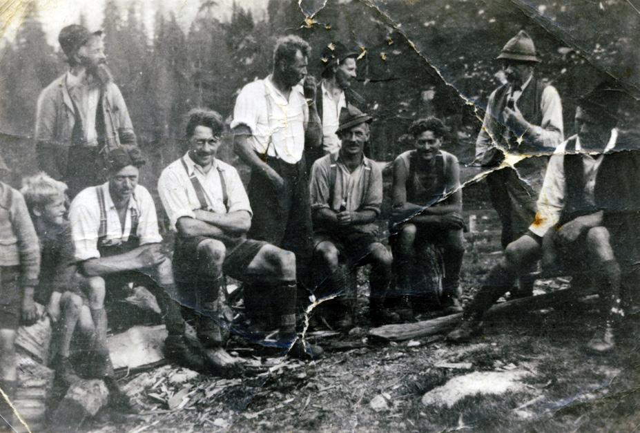 Holzabeiter bei der Rast, ca. 1940