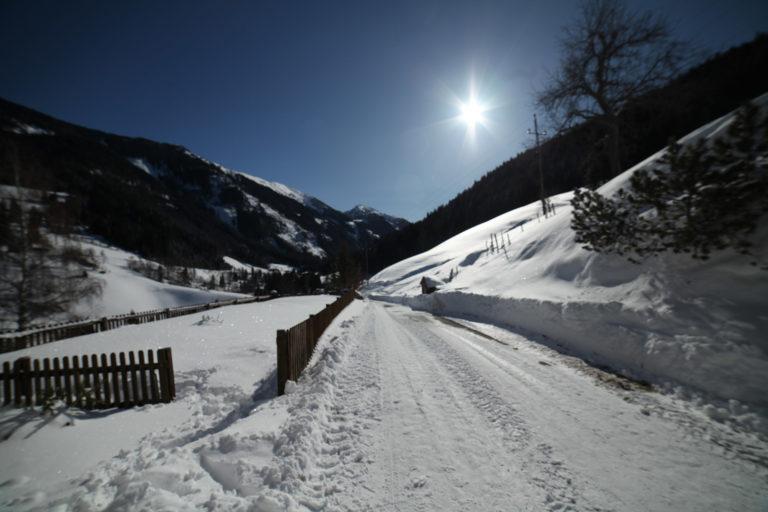 Schneebedeckter Garten und Wiesen am Astlehenhof