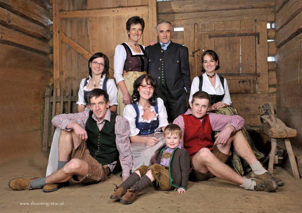 Familie Adam und Barbara Rettensteiner mit ihren fünf Kindern und Enkel Paul, ca. 2010
