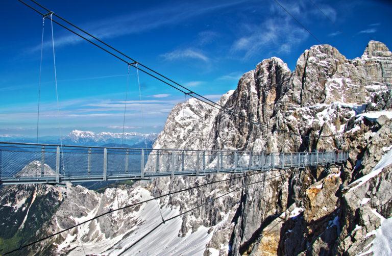 Dachstein Hängebrücke vor Dachstein Dreigestirn © Ch. Buchegger / Der Dachstein